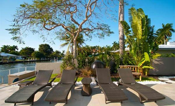 lounge möbel relax liegestühle aus rattan poolbereich