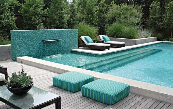 lounge möbel relax liegestuhl rattan sitzkissen holzdielen gartenpool minimalistisch modern