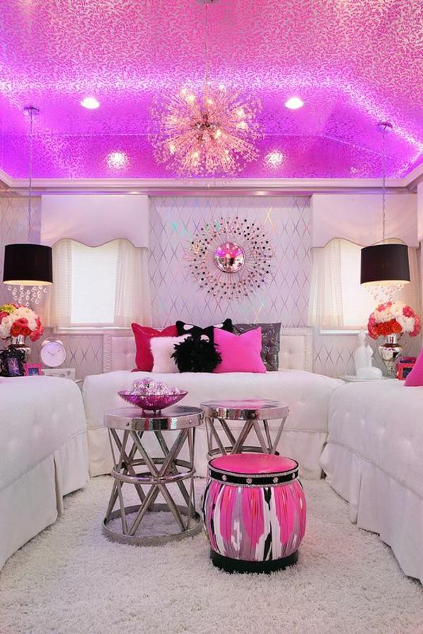 jugendzimmer mädchen rosa decke weiße sofa beistelltische