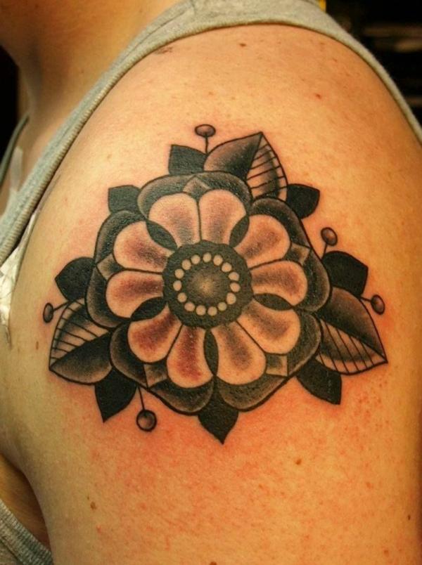 tattoo oberarm ideen blume schwarz und grau