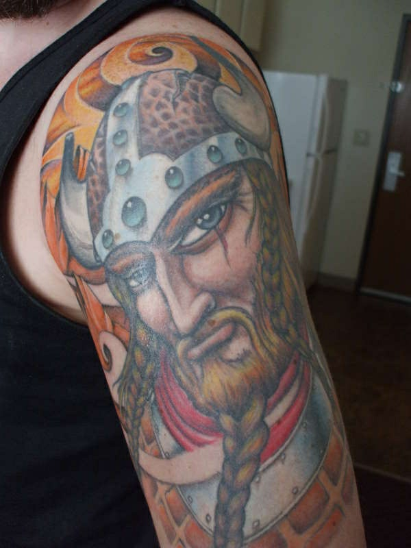 Tattoo oberarm ideen farbig kämpfer