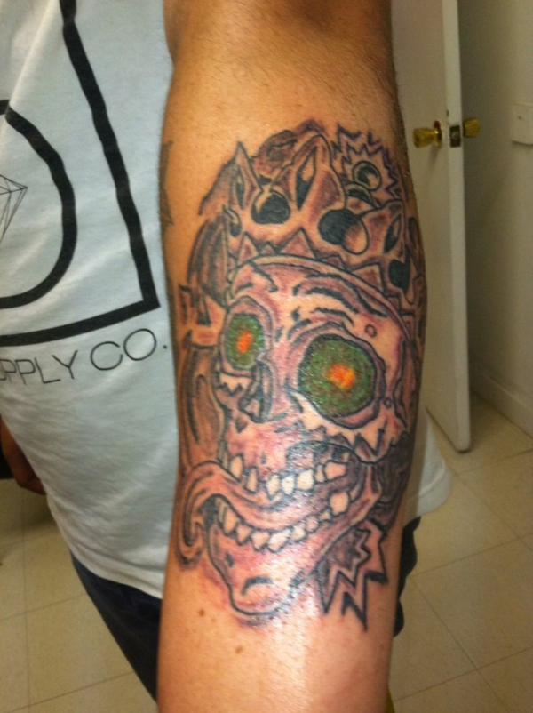 tattoo oberarm ideen totenkopf grüne augen