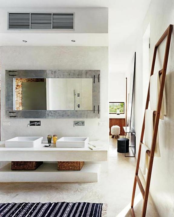 moderne badezimmer badmöbel holz handtuchleiter korbkisten läufer