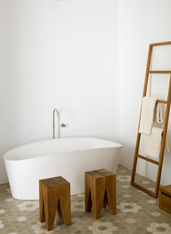 moderne badezimmer freistehende badewanne holzmöbel handtuchleiter