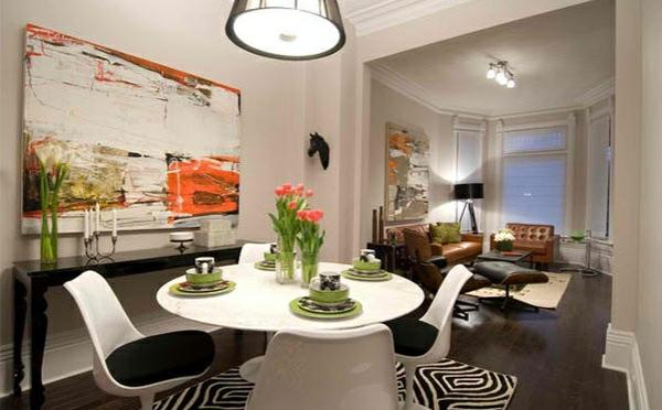 moderne esszimmer esstisch rund mit stühlen teppich zebramuster wanddeko