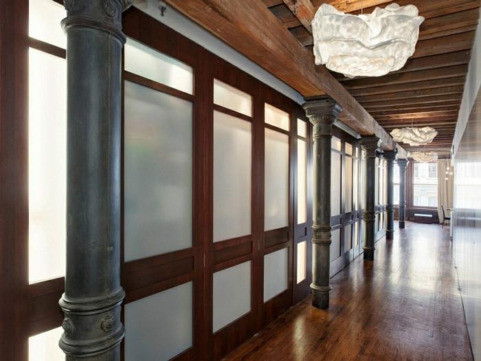 moderne inneneinrichtung aus holz rustikal holzboden holzdecke kronleuchter new york stadtwohnung