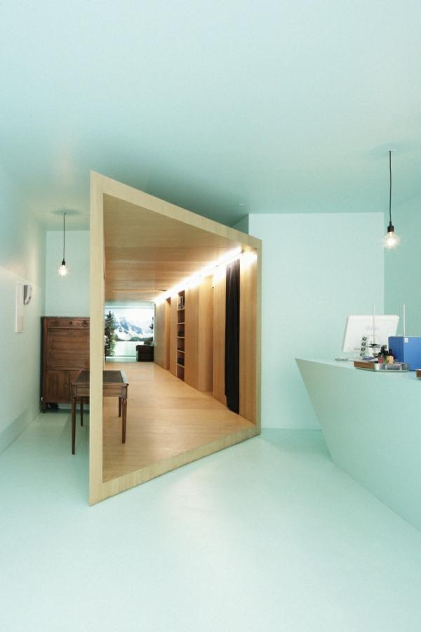 moderne inneneinrichtung farbgestaltung mintgrün wandfarbe holzmöbel spiegel