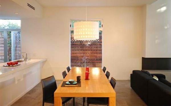 modernes esszimmer gestalten holztisch offener wohnbereich kronleuchter