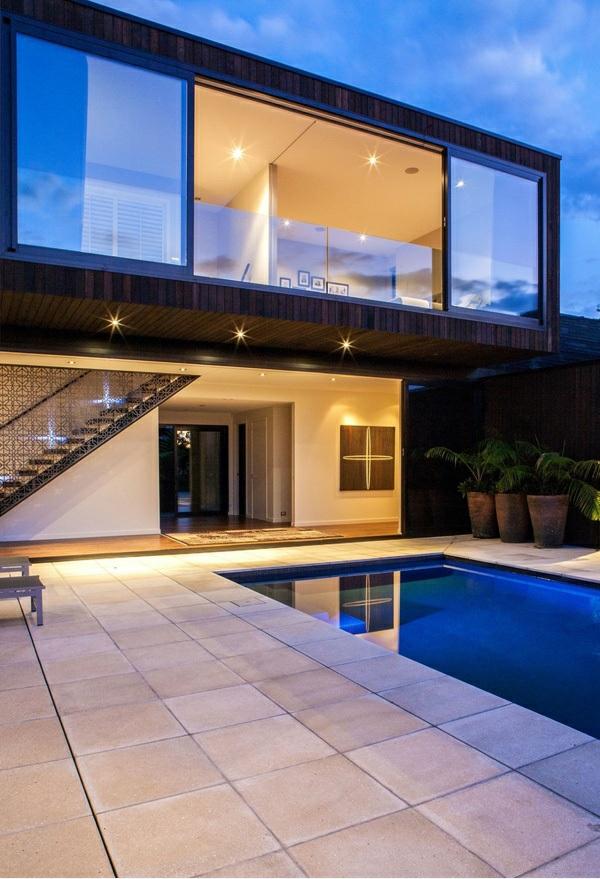 modernes haus außenbereich nachhaltige architektur pool einbauleuchten