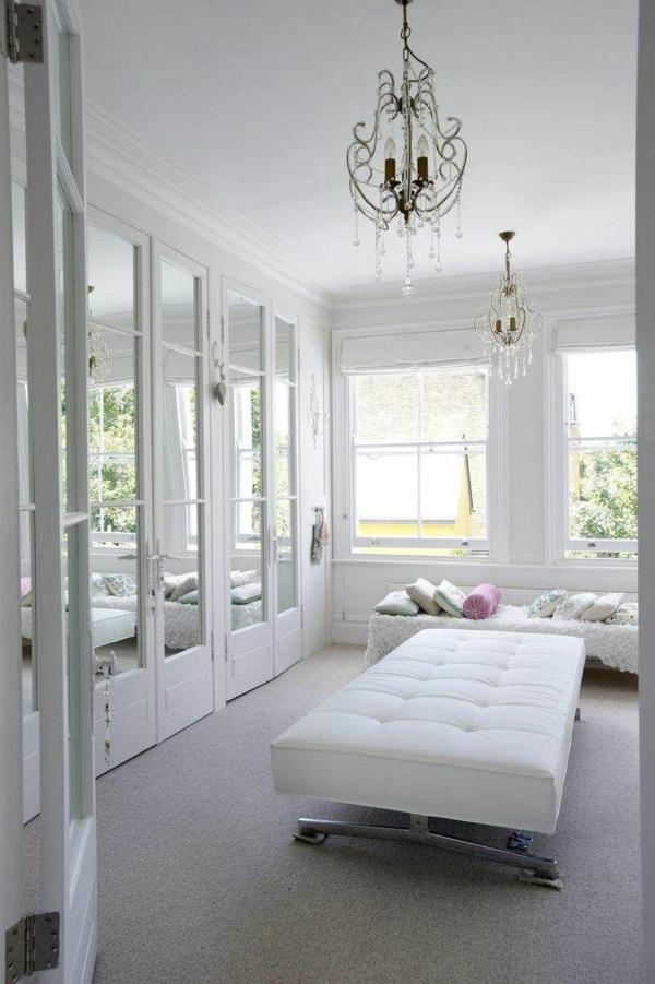 ordnung im ankleidezimmer begehbarer kleiderschrank schränke spiegeltüren ottpmane sofa