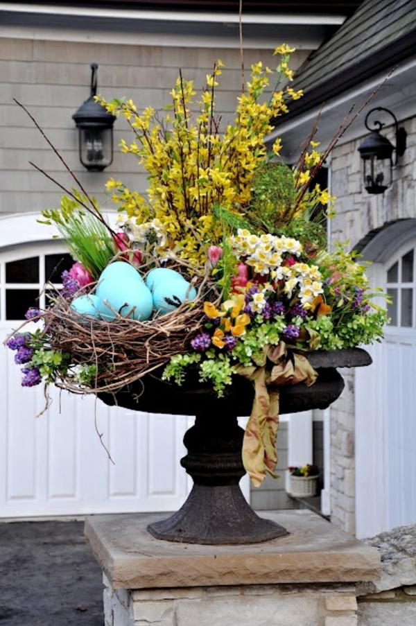 ostergestecke selber machen frühlingsblumen außenbereich dekorieren