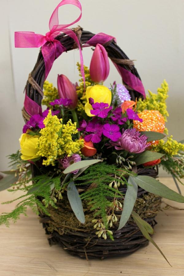 ostergestecke selber machen frühlingsblumen korb bastelideen