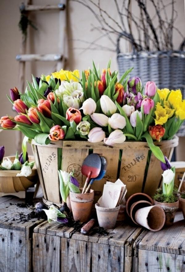 ostergestecke selber machen frühlingsblumen tulpen korb