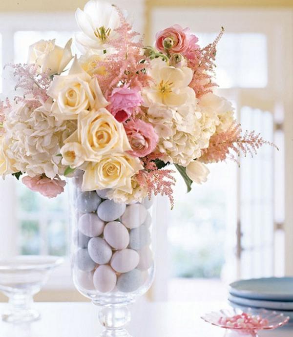 ostertischdeko ostergestecke selber machen rosen glas vase ostereier lila