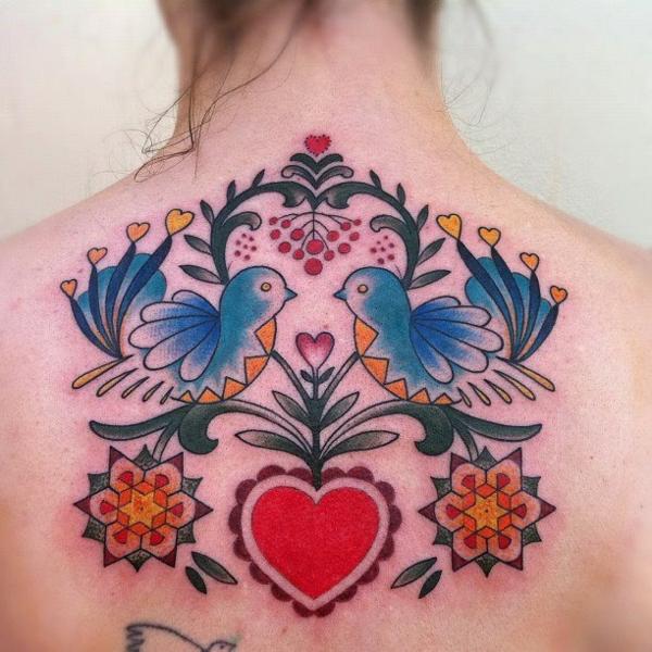 rücken tattoo motive herz vögel geometrische elemente farbig