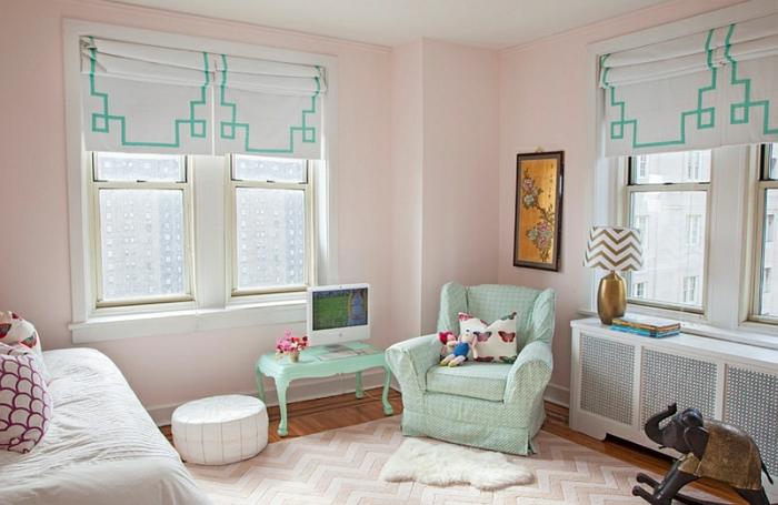 schlafzimmer farbpalette wandfarbe rosa mintgrüne akzente raffrollos