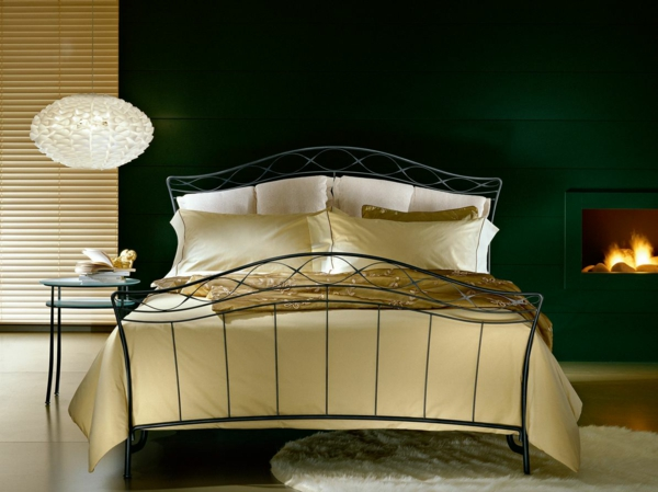 schlafzimmer gestalten elegantes metallbett schwarzes bettgestell kronleuchter kamin archiproducts