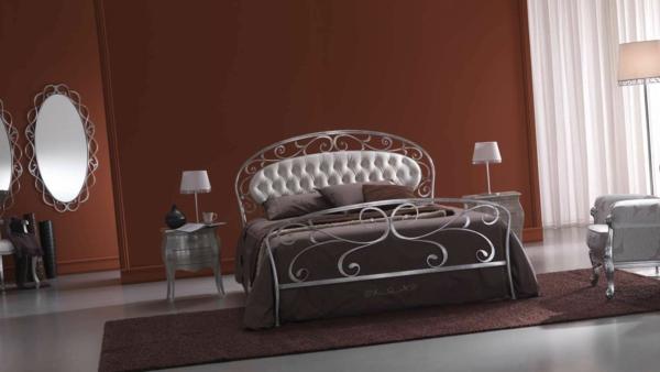 schlafzimmer gestalten metallbett klassisches design schmiedeeisenbett weißes leder kopfteil
