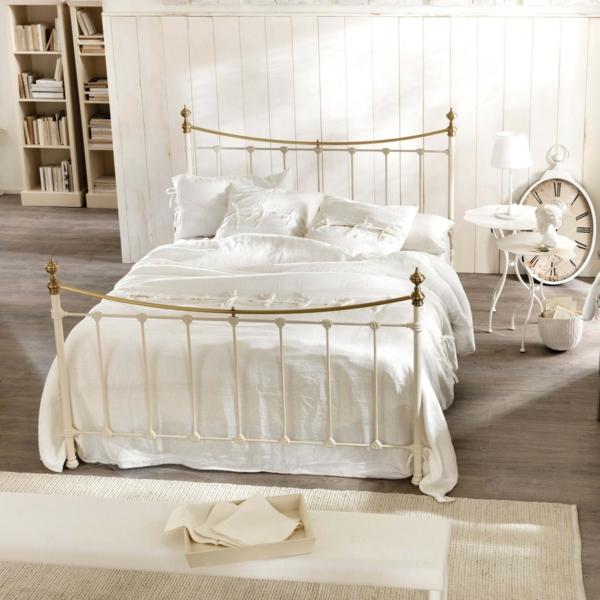 schlafzimmer gestalten metallbett weißes bettgestell gold puristische zimmereinrichtung shabby chic