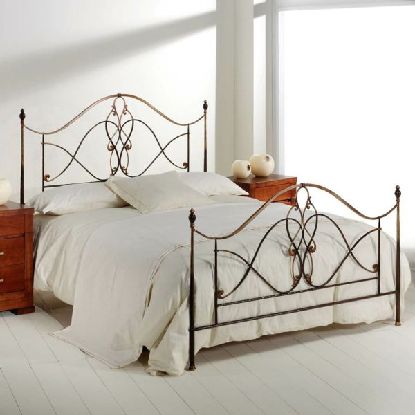 schlafzimmer gestalten schmiedeeisen kopfteil elegantes design metallbett romantisch wandfarbe weiß holzdielen puristisch