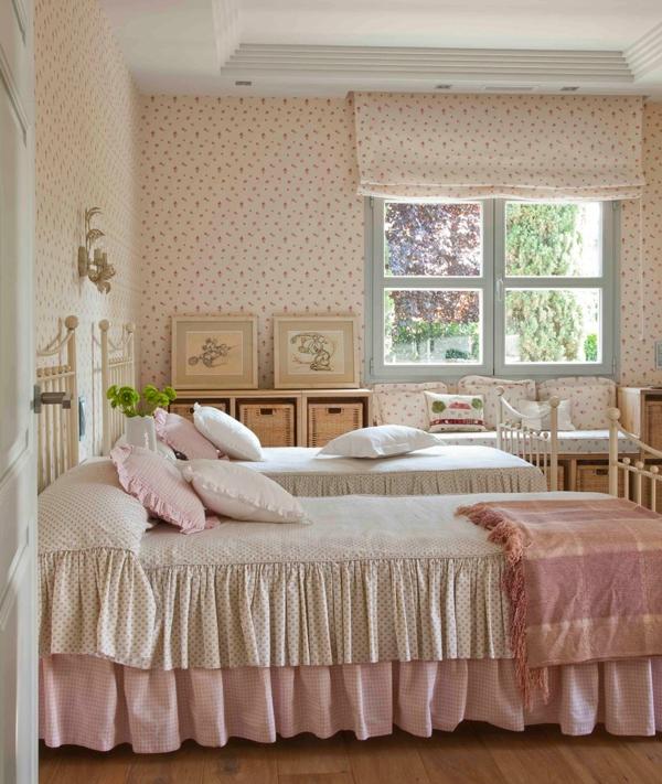 schlafzimmer gestalten shabby chic stil landhausstil rüschen kissen wandtapeten metallbetten weiß