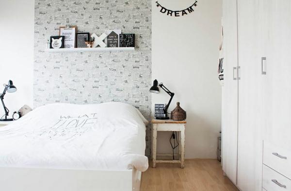 schlafzimmer ideen skandinavischer stil wandtapete bücherregal