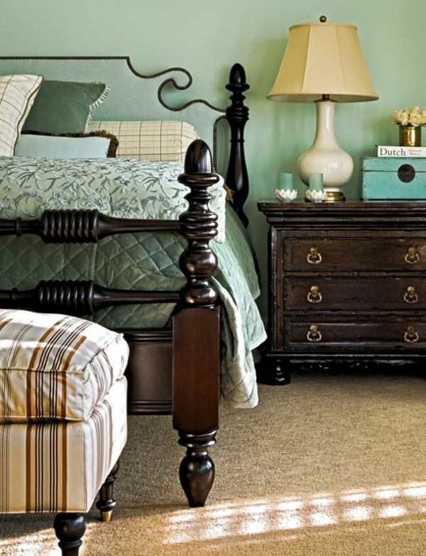 schlafzimmer wandfarbe mintgrün bettwäsche antikmöbel bettpfosten holz teppichboden