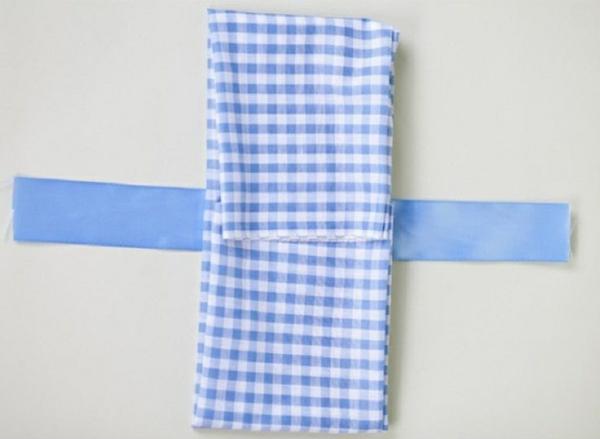 papierservietten falten tischdeko ideen stoffserviette karomuster blau weiß