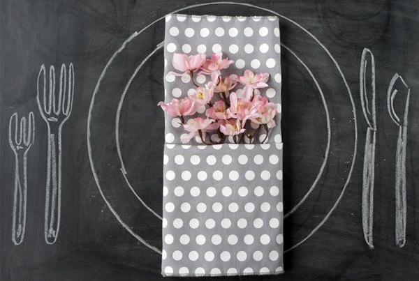 servietten-falten-tischdeko-ideen-stoffserviette-pünktchenmuster