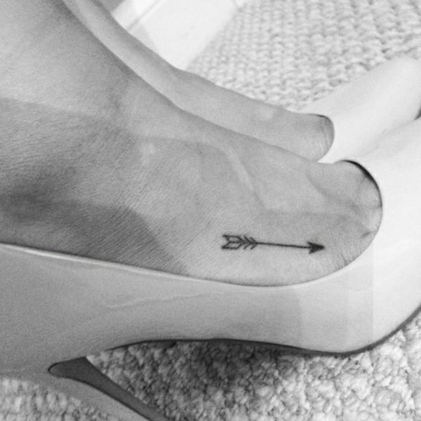 tattoo am fuss tattoos bilder pfeil
