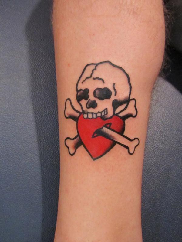 tattoo motive herz schädel totenkopf knochen