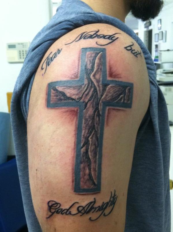 tattoo sprüche designs kreuz oberarm