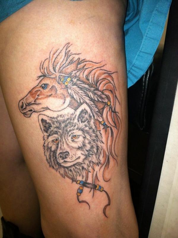 tattoos ideen für tattoo oberarm wolf und pferd