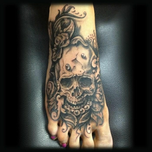 tattoos bilder stilvoll tattoo am fuss totenkopf