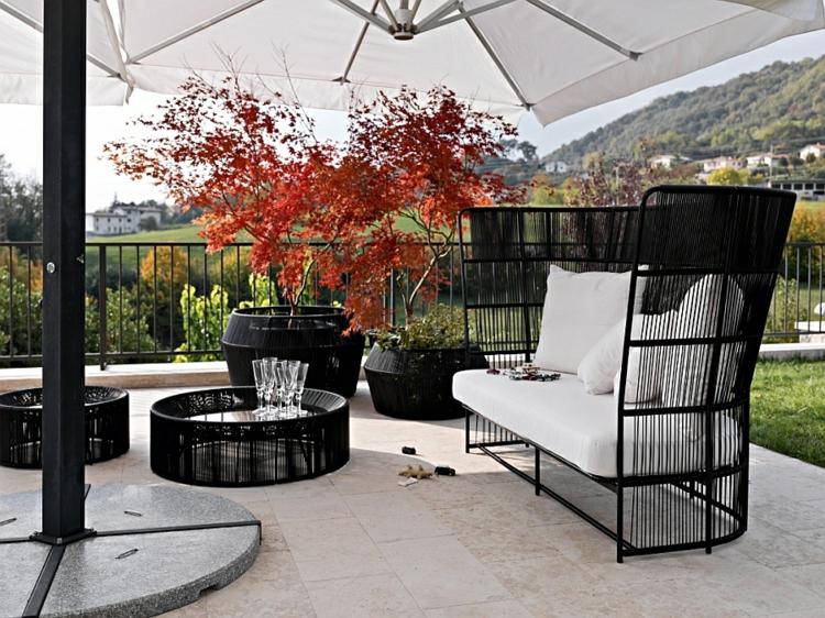 terrassengestaltung lounge möbel outdoor sonnenschirm garten sofa couchtisch pflanzenbehälter