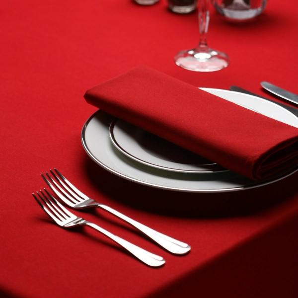 tischdecke rot festliche tischdeko besteck teller stoffserviette rot