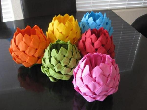 tischdeko ideen farbige dekoartikel papierservietten falten anleitung