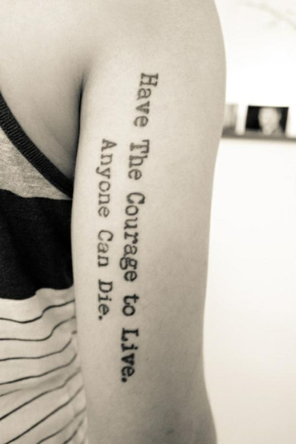 tattoo sprüche design schöne schriftarten tattoos oberarm