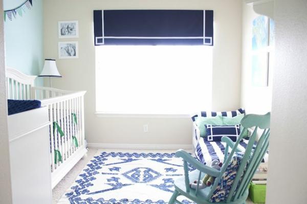 kinderzimmer gestalten blaue rollos teppich babywiege