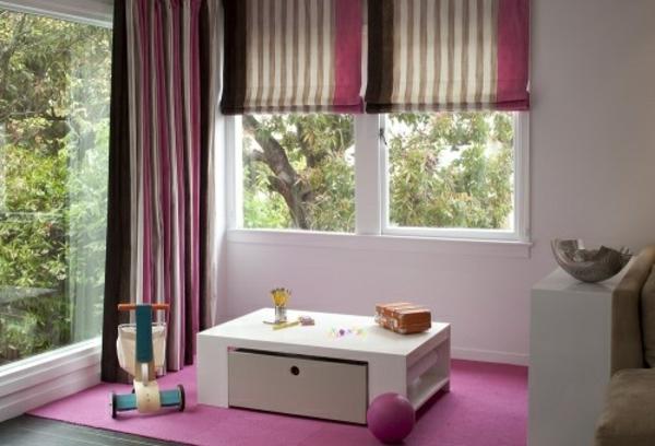 kinderzimmer gestalten gestraifte rollos rosa teppich