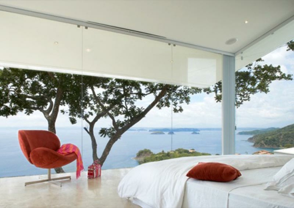 schlafzimmer einrichten rot texturen groß fenster putzen rot sessel