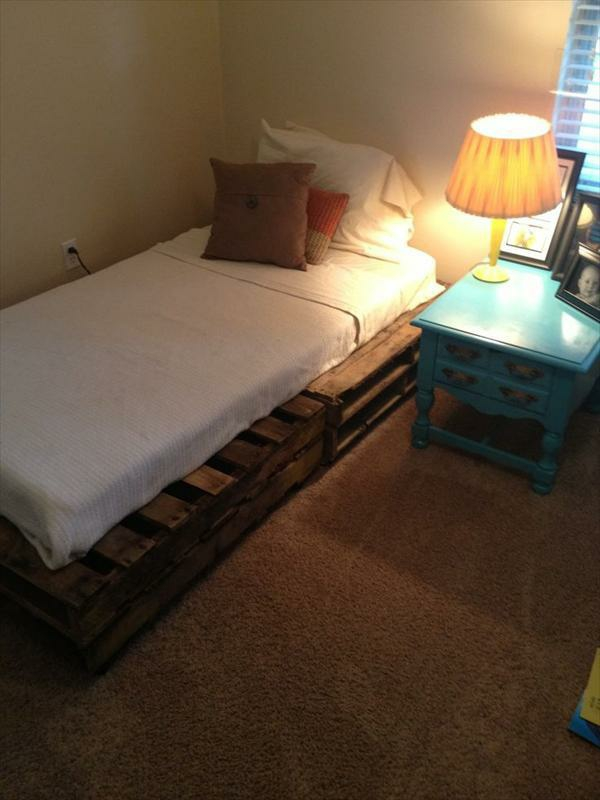 bettgestelle selber bauen diy bettrahmen aus europaletten. Black Bedroom Furniture Sets. Home Design Ideas