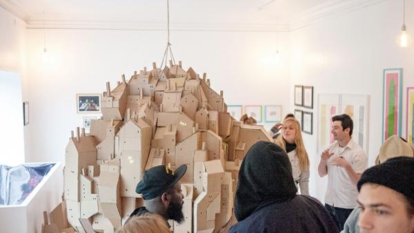 Cooles Stadtmodell schwebend Pappe vorstellung