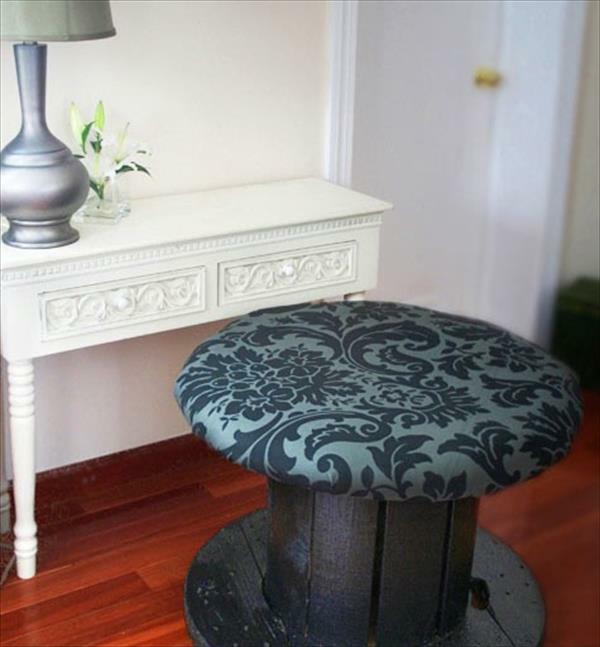 DIY Holz Wohnzimmermöbel aus Kabeltrommel gepolstert hocker
