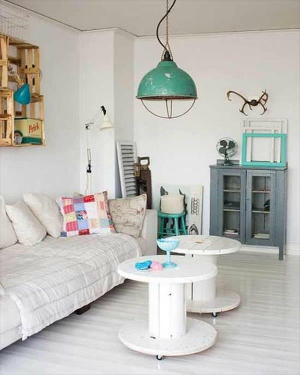wohnzimmertische weiß:Ein Paar weißer Wohnzimmertische aus Kabeltrommeln mitten im Raum