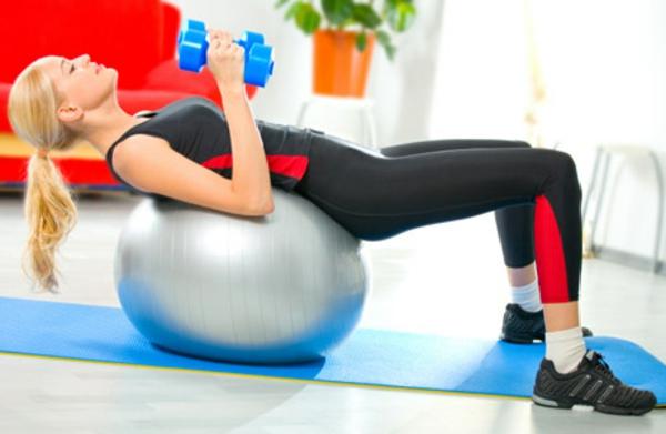 Fitnessraum und Sportgeräte zu Hause ball