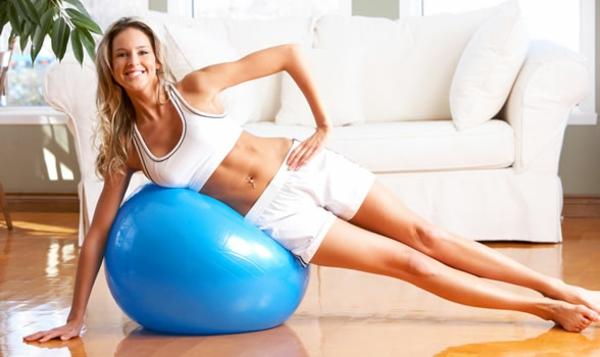 Fitnessraum ball blaue Sportgeräte zu Hause dame