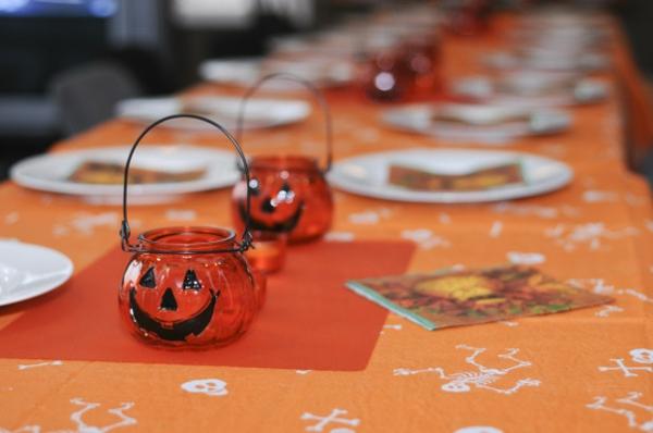 Halloween Deko selber machen orange tischdecke