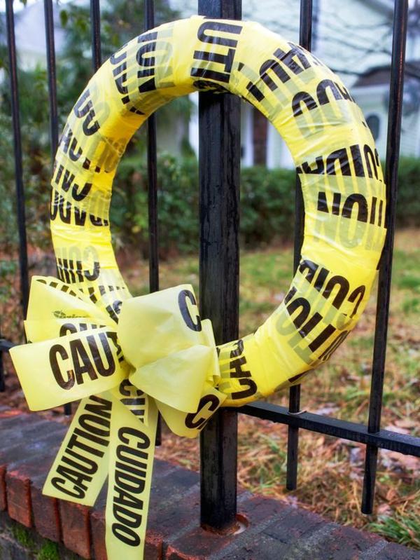 Halloween vorsicht Kranz basteln tür anhängen gelb absperrband