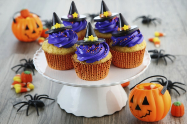 Halloween Party hexen schwarz lila creme Essen tortenständer